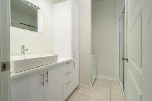 A bathroom at Sonder - Sainte-Catherine