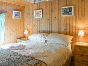 A bed or beds in a room at Lourie Lodge