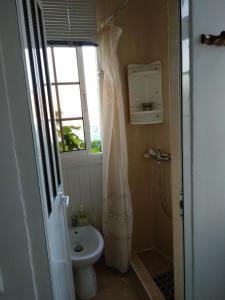 A bathroom at Rua Carvalhão Duarte nº11