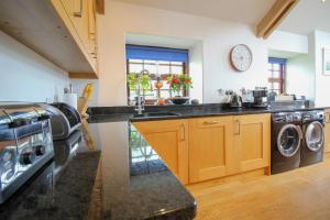A kitchen or kitchenette at Manor Farmhouse