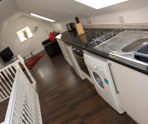Кухня или мини-кухня в Aberdeen Serviced Apartments - The Lodge