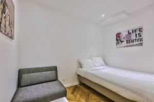 เตียงในห้องที่ CMG Montorgueil/ Grands Boulevards