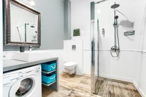 A bathroom at Apartamenty AmberHome