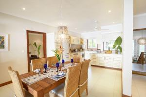 A restaurant or other place to eat at Sables d'Or Luxury Apartments