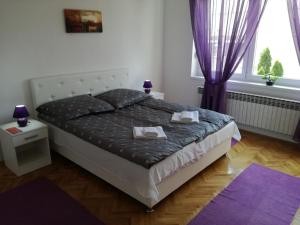 A bed or beds in a room at Apartman ANE