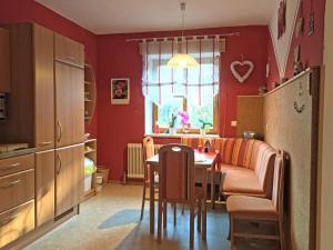 Ein Restaurant oder anderes Speiselokal in der Unterkunft Gemütliche Wohnung im Grünen beim Hausbauer