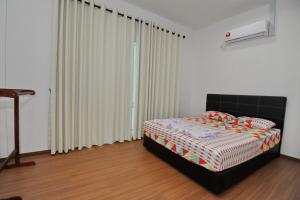 A bed or beds in a room at Kein Eco Homestay Miri