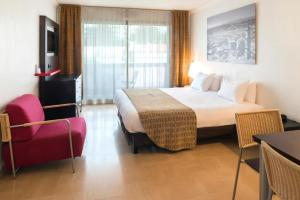 A bed or beds in a room at Aparthotel Adagio Nice Promenade des Anglais
