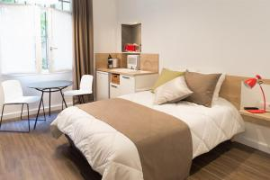 A bed or beds in a room at Les cles du 27 Paris