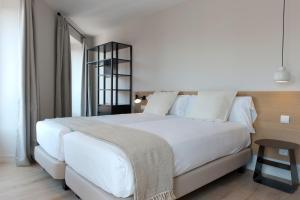 Kama o mga kama sa kuwarto sa MH Apartments Central Madrid