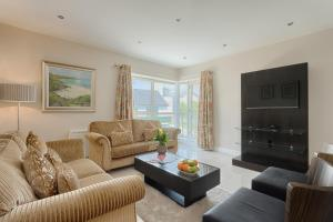 A seating area at Jameson Court Apartments
