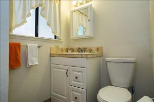 A bathroom at 865 Peepsight 4