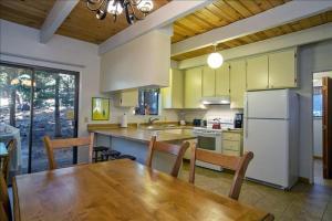 A kitchen or kitchenette at 865 Peepsight 4