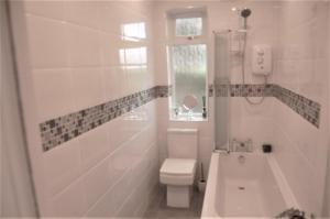 Ett badrum på elegant apartment in knightswood area of glasgow
