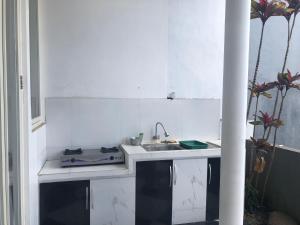 A kitchen or kitchenette at villa di batu kamar tidur 5