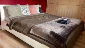 Кровать или кровати в номере Apartament Olsztyn: Kamienica nad jeziorem jak w domu
