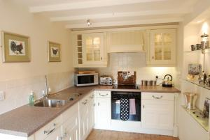 A kitchen or kitchenette at The Storehouse | Great Escapes Wales