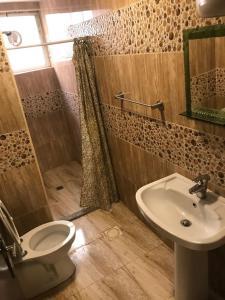 Kopalnica v nastanitvi Noor Hotel Apartments