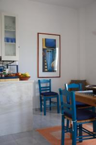 A restaurant or other place to eat at Τhe White Houses