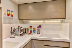 A kitchen or kitchenette at 45-ATELIER PARIS BUTTES CHAUMONT