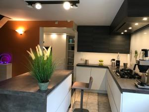 A kitchen or kitchenette at Holiday Home New Largo