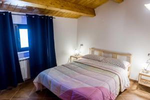 A bed or beds in a room at La casetta al lago