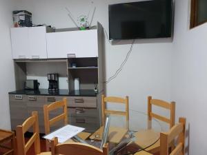 Una televisión o centro de entretenimiento en Casa Saphy - Plaza de Armas