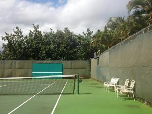 Tennis and/or squash facilities at Banyan Harbor or nearby