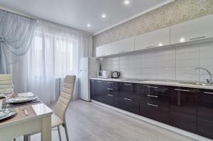 Кухня или мини-кухня в New apartamenty na Plekhanova 14