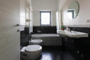 A bathroom at Red Line Apartments Milano