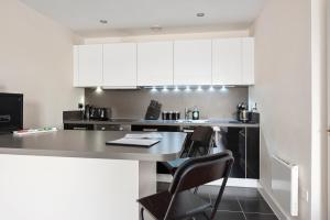 A kitchen or kitchenette at Deluxe Reading Green Park Business Executive Apartment