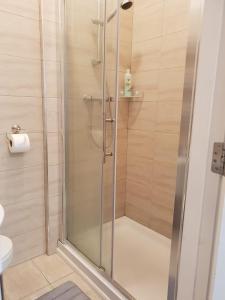 A bathroom at Drumcondra Road Apartments