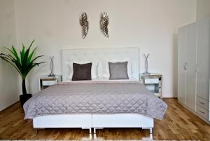 A bed or beds in a room at NEW DESIGN & STYLE Apartment Old Town XXL