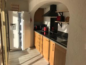 A kitchen or kitchenette at L'AMANDIER