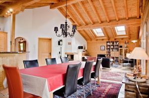 A restaurant or other place to eat at Chalet Heimat - GriwaRent AG