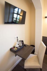 A television and/or entertainment center at Aparthotel Victoria
