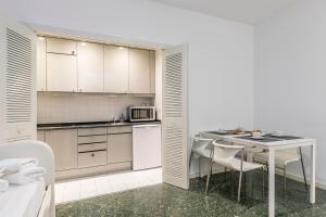 A kitchen or kitchenette at CIBELES Apartment (2BR 1BT)