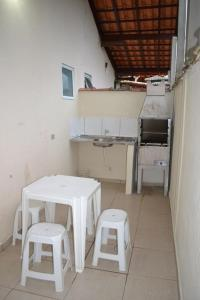 A cozinha ou cozinha compacta de Casa Condominio 250M Praia Maranduba Wifi Churrasqueira