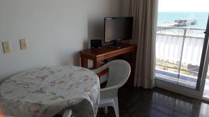 A television and/or entertainment centre at Apartamento Beira mar