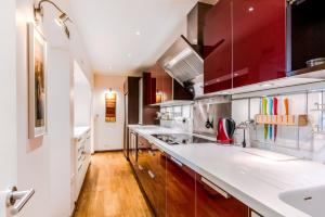 A kitchen or kitchenette at Garden Apartment in Central London