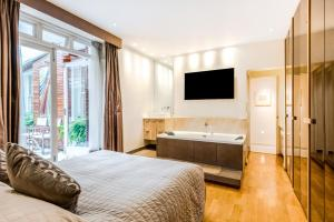A bed or beds in a room at Garden Apartment in Central London