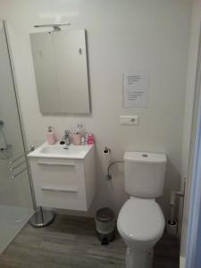 A bathroom at Coqueto apartamento en el centro de Frigiliana
