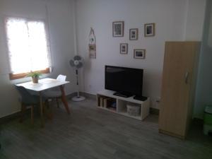 A television and/or entertainment center at Coqueto apartamento en el centro de Frigiliana