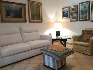 A seating area at Kibilù - Via Borsa