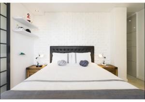 Lova arba lovos apgyvendinimo įstaigoje Modern Apartment in heart of City Free Parking