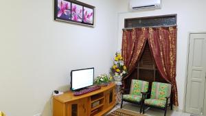 A television and/or entertainment center at Homestay Melaka Tradisional Bandar Hilir