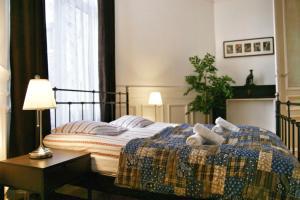 En eller flere senge i et værelse på ApartmentsApart