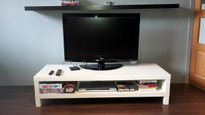 A television and/or entertainment center at Modern 2 bed Apartment