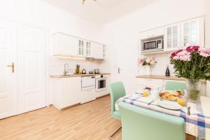 Кухня або міні-кухня у Prague Siesta Apartments