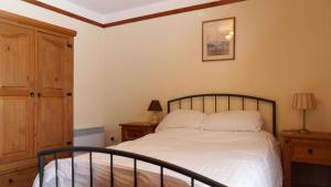 A bed or beds in a room at Meadowside Cottages